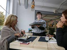Veghel --  de twintigste vestiging in Uden van Brownies & DownieS, een franchiseformule voor horeca waar mensen met een verstandelijke beperking werken.