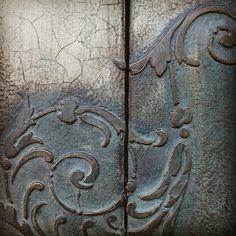 Stencil Decor, Stencil Painting, Arte Pallet, Home Bild, Altered Canvas, Iron Orchid Designs, Paint Furniture, Texture Art, Painting Techniques