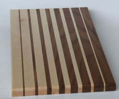 Gradient Black Walnut & Maple cutting board begins with a thin strip of maple & starts alternating with a thick piece of walnut gradually. Wood Shop Projects, Diy Wood Projects, Wood Crafts, Diy Cutting Board, Wood Cutting Boards, Small Woodworking Projects, Diy Woodworking, Wood Design, Maple Walnut