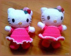Hello Kitty, velmi oblíbená hračka nejen pro malé holčičky. Tyto kočičky jsou háčkované a měří cca 2...
