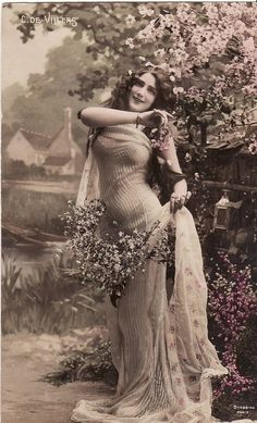 Early // Beautiful Edwardian Lady // Flowers // Original Vintage French Postcard // Paper Ephemera via Etsy Vintage Abbildungen, Vintage Glamour, Vintage Girls, Vintage Beauty, Vintage Postcards, French Vintage, Vintage Outfits, Vintage Woman, Vintage Italian
