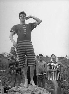 Vintage Stud in alluring bathing costume. Photo Vintage, Vintage Men, Vintage Fashion, Vintage Nautical, 1940s Fashion, Vintage Bathing Suits, Vintage Swimsuits, Mode Masculine, Vintage Photographs