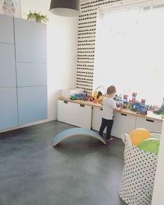 Speelkamer speelruimte speelhoekje kinderkamer babykamer kinderkamer inspiratie wobbel Ikea besta kasten Ikea speelgoedkist wobbel ferm living behang Ikea Kids, Küchen Design, Kidsroom, Sweet Home, New Homes, Kids Rugs, Children, Indian Road, Home Decor
