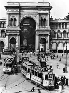 piazza Duomo e la Galleria Black And White Portraits, Black And White Photography, Grey Wallpaper Iphone, Vintage Italy, World Cities, History Photos, Milan Italy, Antique Photos, Places