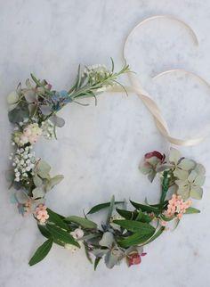 Idée et inspiration coiffure de mariage tendance 2017 Image Description S'il est une chose que vos convives scruteront avec au moins autant d'attention que votre robe de mariée le jour J, c'est bien votre coiffure pour votre mariage. Make a Floral Crown Headband