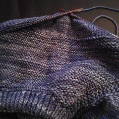 Aujourd'hui j'ai blogue ... Mis en ligne mon groupe pour le #kalbluesandcardigan ... Mais maintenant c'est mon #pull #snug de @veerarain avec de la #chamaille de @lechatquitricote ... Faut que je l'avance au maximum  #tricot #knitting by manael_creation