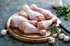 raw uncooked chicken legs drumsticks on wooden board meat with for Bad Chicken, Chicken Legs, How To Cook Chicken, Benefits Of Chicken, Meat Delivery, Pretty Tough, Fresh Meat, How To Grow Taller, Meat Chickens