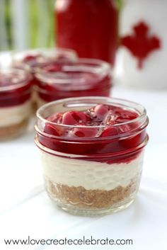 No Bake Cherry Cheese Cake. A perfect red and white treat for any celebration! Put them in mason jars to give each guest their own serving :) (Cherry Cheesecake Recipes) Mini Desserts, Mason Jar Desserts, Mason Jar Meals, Meals In A Jar, No Bake Desserts, Just Desserts, Dessert Recipes, Mason Jar Pies, Light Desserts