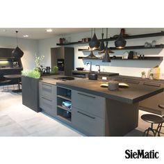 Siematic keuken Zelfde kleur, dun aanrechtblad Industrial Kitchen Design, Modern Kitchen Design, Home Decor Kitchen, Kitchen Interior, Urban House, Urban Kitchen, Hidden Kitchen, U Shaped Kitchen, Kitchen Cabinet Remodel