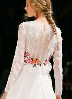 Bodas temáticas // Themed weddings Alberta Ferretti propone algunos toques en color para un romantico vestido de novia mexicana #noviamexicana #vestidodenoviamexicano #bodatematica
