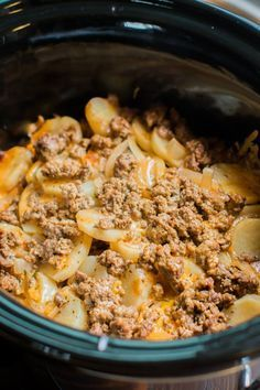 Slow Cooker Beef and Potato Au Gratin - Crockpot Ideen Crockpot Dishes, Crock Pot Slow Cooker, Crock Pot Cooking, Beef Dishes, Cooking Recipes, Crock Pots, Slow Cooker Ground Beef, Ground Beef Meals, Aldi Recipes