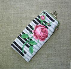 """Футляры, очечники ручной работы. Ярмарка Мастеров - ручная работа. Купить Футляр для очков """"На клавишах рояля"""" с фермуаром Роза на клавишах. Handmade."""
