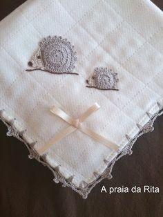 A praia da Rita: Fralda de pano para bebé (com ouriços em crochet) / Baby muslin square (with crochet hedgehogs)