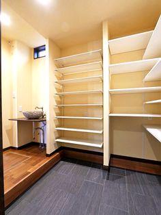 大容量の収納。インテリアスペースとしても Sankyo, Closet, Design, Home Decor, Armoire, Decoration Home, Room Decor, Closets