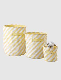Apprendre à ranger sa chambre, c'est plus rigolo avec ces jolis paniers de rangement en tissu, de tailles et motifs différents ! Paniers vendus séparément DIMENSIONS : - 1 petit panier H. 22 x L. 22 cm (taille 001) - 1 moyen panier H. 40 x L. 33 cm  (taille 002) - 1 grand panier H. 50 x L. 40 cm (taille 003) Paniers de rangement  en pur coton enduit imprimé. Doublés uni 80% polyester, 20% coton. 1 imprimé différent pour chaque panier : 1 rayé jaune + 1 pois roses + 1 triangles verts. 1 ...