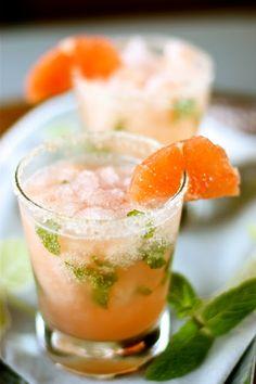 Festeggia il venerdì con questo fresco cocktail analcolico a base di menta, limone e pompelmo. Crea uno sciroppo sciogliendo 20gr di zucchero in un po' d'acqua e unendo alcune foglie di menta schiacciate. Lascia riposare per circa 12 ore e poi aggiungi 30ml di succo di limone e 75ml di bevanda SodaStream al pompelmo rosa.