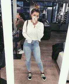 Look calça jeans skinny, camisa social branca e tênis vans old skool.