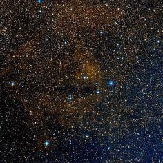 Nebulosa RCW 78 (Gum 48b). Nebulosa de emisión en la constelación de Centaurus. Aparece como una nube elíptica alargada. Esta es una gran bola de hidrógeno ionizado que rodea a la estrella Wolf-Rayet  WR 55 (HD 117688); la nebulosa no parece mostrar una estructura de anillo bien definido, mas bien difusa e irregular. Se cree que fue causado por la acción del fuerte viento estelar de su estrella central.