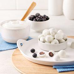 Bleuets enrobés de yogourt faits maison - Les recettes de Caty Ceux Ci, Commerce, No Sugar Desserts, Candy Bars, Gummi Candy, Homemade Chocolates