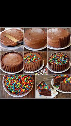 Receita como fazer Bolo Kit Kat com M&M's ( Kit Kat Cake ) Torta Kit Kat, Cake Cookies, Cupcake Cakes, Candy Cakes, Cake Recipes, Dessert Recipes, Birthday Cake Decorating, Creative Cakes, Creative Ideas