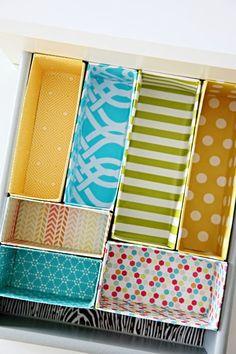 Organizador de gavetas feito c/ caixas. Aproveite as caixas de cereais, de leite , de suco, etc...  Corte dos tamanhos que quiser, e vá encaixando dentro das gavetas até preencher cada cantinho. Depois revista com tecido ou papel adesivo.   Dá prá organizar: - Gavetas do escritório( clips, grampos, canetas) - Gavetas de talheres e miudezas de cozinha - Gavetas do banheiro( maquiagens, remédios) - Gavetas do quarto das meninas (gominhas de cabelo, tic tac, pulseiras, colares, batons)