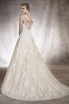Pronovias Angelica Model Angelica van de Pronovias 2017 collectie, is romantische trouwjurk vervaardigd in mooie en soepel Spaans kant. De bruidsjurk is strapless met een transparante tule hals lijn met kant applicaties.Artikelcode: 20607Prijsindicatie: €2250-€2500