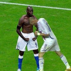 Balotelli and Zidane Fifa, Soccer Memes, Sports Humor, Just For Fun, Mario, Bodybuilding, Funny Pictures, Running, Cool Stuff