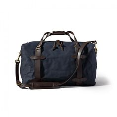 This spacious navy duffle from Filson is constructed from rain-resistant Rugged Twill and durable Bridle Leather. The Medium Duffel Bag won't hold you back. Travel Luggage, Travel Backpack, Luggage Bags, Travel Bags, Sac Week End, Backpack Outfit, Pack Your Bags, Medium Bags, Duffel Bag