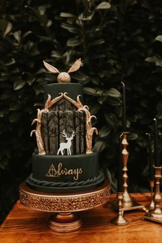 Wedding Themes moody emerald greena and gold Harry Potter themed wedding cake - So who's the Harry Potter superfan? Who doesn't love Harry Potter I mean? If you're planning a Harry Potter themed wedding, both adults and kids. Harry Potter Torte, Harry Potter Wedding Cakes, Harry Potter Thema, Cumpleaños Harry Potter, Harry Potter Birthday Cake, Harry Potter Cupcakes, Harry Potter Theme Food, Harry Potter Recipes, Harry Potter Themed Party