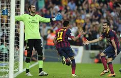 El delantero brasileño Neymar celebra un gol del FC Barcelona sobre el Real Madrid, en el clásico del fútbol español el 26 de octubre de 201...