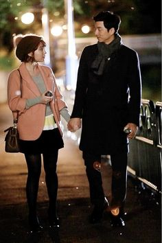 """Stills of Lee Min Jung & Gong Yoo of """"Big"""" Oh. They're on a date, people. Stills of Lee Min Jung and Gong Yoo from a date scene in the upcoming drama holding hands and. Jung So Min, Kdrama, New Ray Ban Sunglasses, Yoo Gong, Lee Dong Wook, Watch Drama, Coffee Prince, Korean Star, Big Love"""