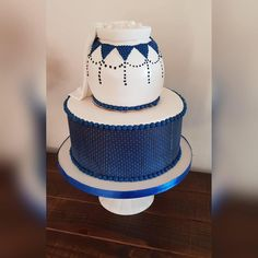 Shweshwe & calabash traditional cake African Traditional Wear, African Traditional Wedding Dress, Traditional Wedding Decor, Traditional Cakes, Blaze Birthday Cake, Birthday Cakes, Beaded Wedding Cake, African Wedding Cakes, African Cake