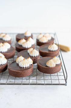 Tart Recipes, Sweet Recipes, Dessert Recipes, Chocolate Peanuts, Chocolate Peanut Butter, Mini Chocolate Tarts, Chocolate Truffles, Fancy Desserts, Just Desserts