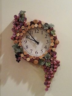 You can make a DIY Cork Board in any shape or size. You just need some wine corks, a frame, and a little time to create your own custom DIY Cork ornaments. Wine Craft, Wine Cork Crafts, Wine Bottle Crafts, Bottle Art, Diy Bottle, Wine Cork Wreath, Wine Cork Art, Deco Depot, Diy Décoration