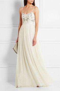Diese hauchfeine Robe aus der Brautmodenkollektion von Needle & Thread bezaubert mit einem Oberteil aus glänzendem Crêpe, das mit einem hübschen floralen Muster bestehend aus Perlen und lichtreflektierenden Kristallen verziert wurde. Der fließende Rock aus zweilagigem, zartem Tüll und das Ripsband an der Taille runden das vorteilhafte Modell charmant ab. #weddingdress #dress #wedding #hochzeit #hochzeitskleid