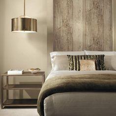 tapete holzoptik schlafzimmer schöner leuchter dekokissen