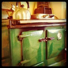 love this old stove Antique Kitchen Stoves, Old Kitchen, Kitchen Pantry, Kitchen Stuff, Old Stove, Stove Oven, Pink Toaster, Wood Burning Cook Stove, Vintage Oven