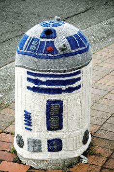 Yarnbombing in Bellingham: Knitted R2D2 - Skneposterous
