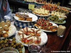 Pintxoak/Pintxos (elsewhere: tapas) My Favorite Food, Favorite Recipes, Sandwich Bar, Portuguese Recipes, Portuguese Food, Basque Country, Spanish Food, Canapes, Culinary Arts