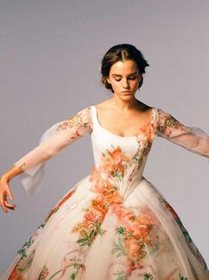Emma W. Thailand: New pictures of Emma Watson as Belle in 'Beauty and the Beast Bella Emma Watson, Emma Watson Beauty And The Beast, Emma Watson Belle Dress, Emma Watson Gown, Emma Beauty, Emma Watson Style, Pretty Dresses, Beautiful Dresses, Moonlight Couture