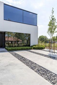 Kunne man polere beton på sommerhustrappen og trække helt ned til porten? Modern Driveway, Driveway Design, Driveway Landscaping, Modern Landscaping, Landscape Design, Garden Design, House Design, Garden Architecture, Architecture Design
