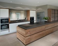 Modern Kitchen Design Een moderne keuken komt tot leven door de combinatie van… - Modern Resume Template with Cover Letter Modern Kitchen Cabinets, Modern Kitchen Design, Interior Design Kitchen, Grey Cabinets, Interior Ideas, Kitchen Designs, Modern Design, Modern Interior, Home Decor Kitchen