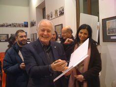 20-12-12: De Maria autografa un volume di Nick Carter al WOW di Milano il giorno del suo 80° compleanno.