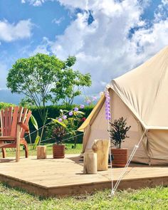 Glamping in Colombia is an incredible experience, because this country has an immense variety of landscapes and climates. Camping Con Glamour, Bungalows, Yolo, Outdoor Camping, Cabana, Outdoor Furniture, Outdoor Decor, Glamping, Sun Lounger