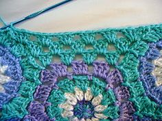 A photo-tutorial on how to fill the gaps when crocheting a hexagon blanket.