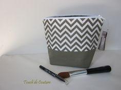 Trousse Lana - trousse maquillage triangulaire en coton kaki et blanc : Trousses par touch-de-couture
