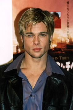 As Brad Pitt becomes the first ever male face of CHANEL we bring you his beauty look book Junger Brad Pitt, Sete Anos No Tibet, Jennifer Aniston, Brat Pitt, Brad Pitt Style, Lestat And Louis, Brad And Angelina, Celebrity Biographies, Surfer