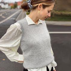 Stockholm Slipover / vest - strikkeopskrift fra PetiteKnit Sweater Knitting Patterns, Lace Knitting, Knit Patterns, Korean Winter Outfits, Icelandic Sweaters, Vest Outfits, Knit Vest, Minimal Fashion, Diy Clothes