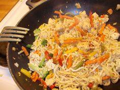 Paistettua nuudelia ja kanaa - Kotikokki.net - reseptit Easy Cooking, Spaghetti, Food And Drink, Ethnic Recipes, Noodle