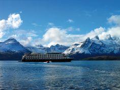 Die Expeditions-Kreuzfahrt führt von Punta Arenas zunächst zum Kap Hoorn und anschließend weiter nach Ushuaia auf Feuerland. Es geht durch Kanäle, Buchten und Fjorde, vorbei an Gletschern, schneebedeckten Andengipfeln, Inseln und Urwäldern von unvorstellbarer, unberührter Schönheit.